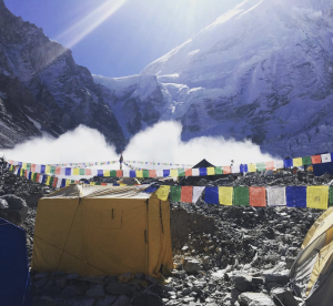 Avalanche on the Lho La near Mount Everest - 5 surprising facts about Everest
